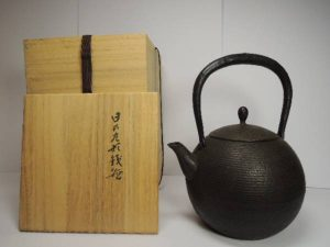 鈴木盛久工房の日の丸形鉄瓶