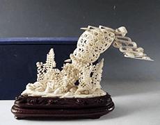 象牙彫刻/蟹と魚群と海中