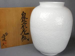 有田焼 庄村健(晩香窯)白磁牡丹彫花瓶