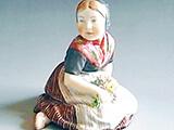 フィギュリン 民族衣装の少女